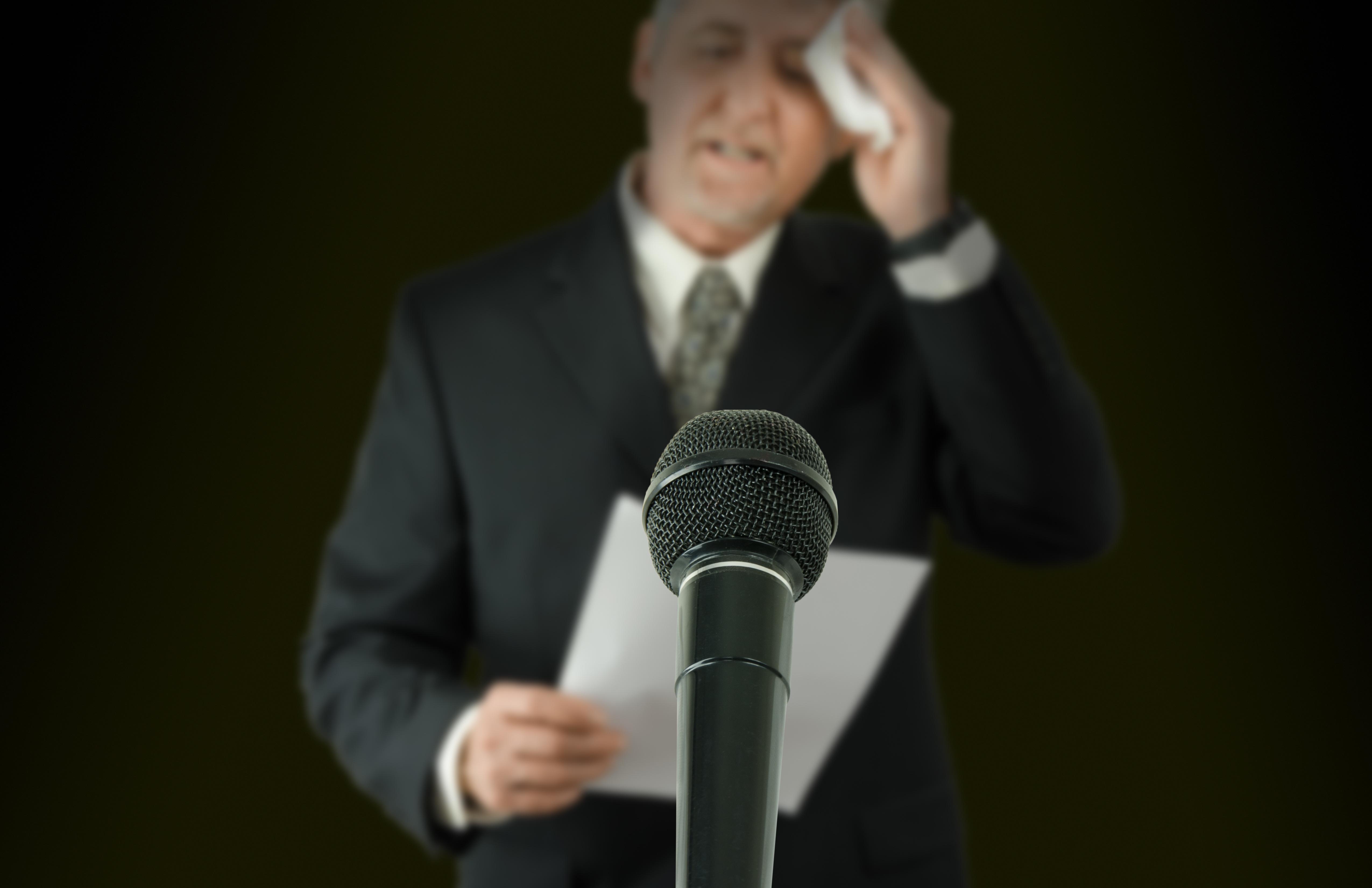 Ängstlicher Redner vor dem Mikrofon